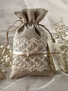 Rustique toile Wedding Favor sac dentelle par Plus Burlap Crafts, Fabric Crafts, Sewing Crafts, Diy And Crafts, Sewing Projects, Rustic Crafts, Burlap Wedding Favors, Wedding Favor Bags, Rustic Wedding