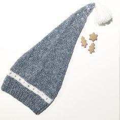 En enkel nisselue med søte detaljer strikket i mykeste, letteste alpakka. Selv om lua er lang er den veldig lett og sitter godt på hodet selv under kjappe nissestreker. Lua er designet for å passe sammen med plaggene i Hans- og Greteserien. Double Knitting, Baby Knitting, Holiday Hats, Head And Neck, Stockinette, Garter Stitch, Ravelry, Knitted Hats, Knit Crochet