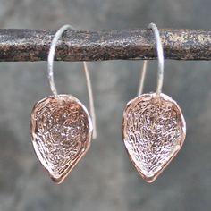Oorhangers uit de Touch of Gold-collectie van Jéh Jewels, gemaakt van geoxideerd 925 sterling zilver en G14k rosé verguld. De oorhangers hebben de vorm van een blaadje die speels heen en weer bewegen.