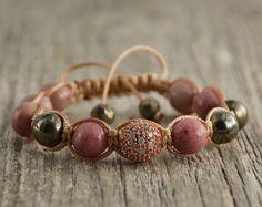 Pulseras de la mujer rosa y oro de grano. Elementos de piedras preciosas semipreciosas. Joyas de verano
