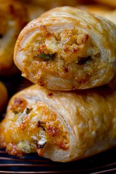 Vegetarian Sausage Rolls are a simple cheesy pastry treat for vegetarians and meat-eaters alike. Perfect for any party table. Vegetarian Appetizers, Vegetarian Recipes, Lunch Recipes, Cooking Recipes, Pinwheel Sandwiches, Corn Dog Muffins, Cold Lunches, Pizza Bites, Veggie Soup