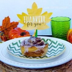 Are you hosting guests for Thanksgiving?! What are you serving for breakfast? Why not treat them to a @pillsbury Cinnamon Roll spruced up with a 'Thankful For You' leaf topper?! They are available #ontheblog as a #freeprintable. #thanksgivingcrafts #ad