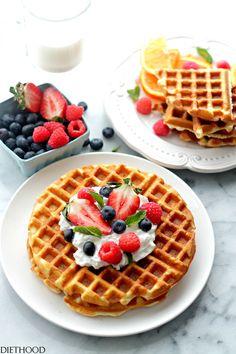 Waffles de Queijo Creme com Mel Chantilly   Www.diethood.com   Deliciosamente doce e macios waffles servido com mel chantilly e frutas frescas.