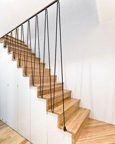 Escalier avec rampe protective en fil noir