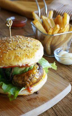 Burger végétarien  #latergram #burger #veggieburger #veggie #vegetarians #vegetarien #frites #fries #frenchfries #instafood #instagood #yummy #tasty #gourmand #comfortfood #dayoff #picoftheday #foodphotography #cooking #recipe #foodporn #pornfood #cheddar #foodgasm #avocado #avocadoaddict #healthy