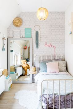 Binnenkijken bij Sifra: Het huis als hobby Furnishing a teenage room for a girl Bohemian Bedroom Decor, Teen Room Decor, Bedroom Wall, Girls Bedroom, Classic Home Furniture, Kid Furniture, Bedroom Furniture, Furniture Design, Fantasy Bedroom