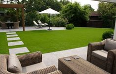 Strakke tuin met kunstgras.