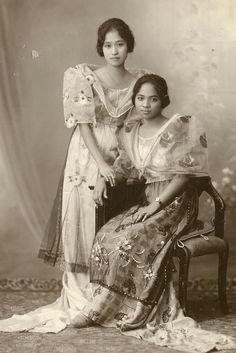 This always reminds me of Inay dress she had in her baol. Women of the Philippines during the Japanese occupation.