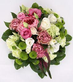Не слишком яркий, но полный очарования букет из селекционной розы Дэвид Остин и розы Акито, гвоздики, хризантемы Филин Грин, эустомы, верноники и салала. Классическая идеальная форма европейского букета и тонкая цветовая гамма делают композицию идеальным универсальным подарком разным людям и по разным поводам.