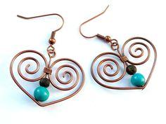 Romantische Ohrringe mit süßen Herzen, handgefertigt aus oxidiertem Kupferdraht.    Das Highlight dieser Ohrringe bilden die Perlen aus chinesischem T