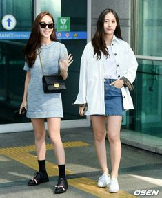 Krystal Jung was spotted at Incheon Airport with her big sis, Jessica, on their way to San Francisco to film their new reality show. Denim Mini Skirt, Mini Skirts, Krystal Jung Fashion, Jessica & Krystal, Keds Champion, Sneakers Looks, Tumblr Fashion, Incheon, Oversized Shirt