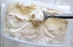 Gelado de Iogurte e Natas (creme de leite) 125 g de natas 4 claras 4 colheres (sopa) de açúcar 4 iogurtes