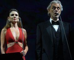 Paula Fernandes no palco com Andrea Bocelli / Francisco Capeda/AgNews