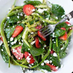 Spargel-Erdbeer-Salat mit Feta: Einfach und super gut - Kochkarussell
