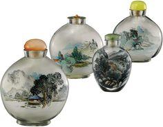 Vier Hinterglasmalerei Snuff bottles China 20. Jh. Transparentes Glas inwendig bemalt mit Landschaften, ein Fläschchen auf der Rückseite mit...