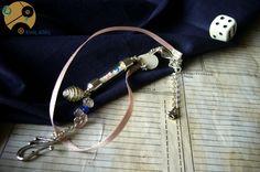 Charmant bracelet romantique Elixir de Douceur, avec sa fiole courbe remplie de fimo fluorescente et perles de rocailles bleues & roses, et son ruban double rose poudré.Parfait pour un look ingénu, ancré à la fois dans le passé suranné et la tendance actuelle.  Page Facebook : http://www.facebook.com/WimeyWibbly?ref=ts&fref=ts  N'hésitez pas à regarder mes créations, aimer et partager ma page :)