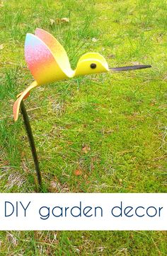 Add some adorable yard art to your garden with these sweet little PVC hummingbirds. #pvcpipebirds #gardendecor #yardart