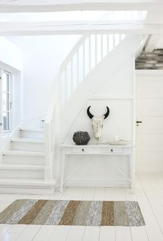 Interior design tricks for small spaces White Staircase, Staircase Design, Interior Stairs, Interior Architecture, Mad About The House, Entry Hallway, Entryway, Cottages By The Sea, Interior Decorating