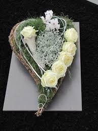 Heart flower arrangement for All Saints' Day and the anniversaries - Memorial Florist Ikebana, Grave Decorations, Heart Decorations, Deco Floral, Arte Floral, Funeral Arrangements, Flower Arrangements, Funeral Flowers, Wedding Flowers