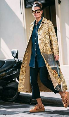 Gold kimono coat paired with denim chambray top and skinny jeans. Note the cropped jeans and flatform lace up oxfords. Giovanna Battaglia, Look Fashion, Winter Fashion, Womens Fashion, Milan Fashion, Mode Statements, All Jeans, Skinny Jeans, Street Looks
