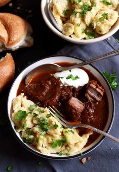How to make a tender Austrian beef goulash w/ a creamy, thick gravy | lilvienna.com #goulash #beefgoulash #gulasch