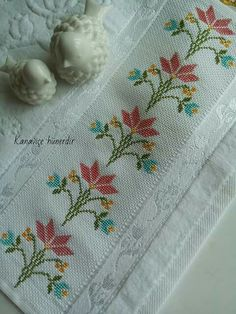 This Pin was discovered by muk Small Cross Stitch, Cross Stitch Borders, Cross Stitch Flowers, Cross Stitch Designs, Cross Stitch Patterns, Hand Embroidery Stitches, Beaded Embroidery, Cross Stitch Embroidery, Embroidery Patterns