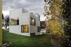 Construido por AmreinHerzig en Menzingen, Switzerland con fecha 2013. Imagenes por Lucas Peters. La ligera rotación en comparación con los largos volúmenes de las casas adosadas y de su forma poligonal dan a la tor...