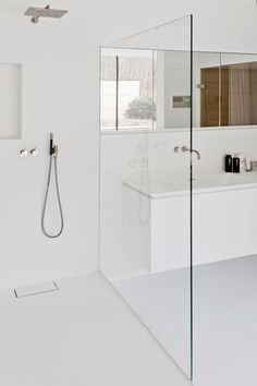 Minimalist bathroom 464222674083736781 - Minimal white bathroom Salle de bain douche pare-douche Source by syldetco Modern Bathtub, Modern Bathroom Design, Bathroom Interior Design, Bath Design, Modern White Bathroom, White Bathrooms, Modern Shower, Luxury Master Bathrooms, Dream Bathrooms