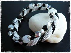 Réka gyöngyei: Fekete-fehér-ezüst horgolt karkötő
