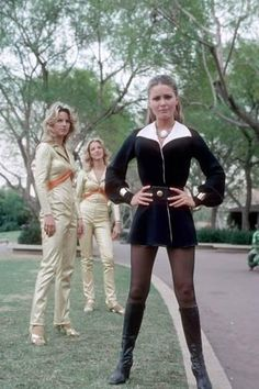 """Liana (Katie Saylor) and two female androids from """"Beyond the mountain"""" The Fantastic Journey, TV Series - US Sci Fi Tv Series, Sci Fi Tv Shows, 70s Fashion, Vintage Fashion, Non Plus Ultra, Sci Fi Movies, Sf Movies, Vintage Television, Girls Rules"""