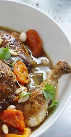 Tajine de poulet aux abricots secs, amandes et cannelle