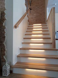 Schody#schodydrewniane#schodyNaBeton#oswietlenieLED#dom#wnetrze#design#timberschody Modern House Facades, Facade House, Stairs, Led, Ideas, Design, Home Decor, Living Room, House