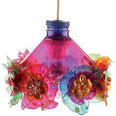 Lámpara hecha con botellas de plástico.