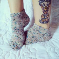 Le moucheté est une valeur sûre - + garder en tête l'idée du tatouage sur la jambe (même si on ne voit que les pieds, la photo est originale)