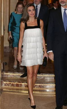 Queen Letizia - white flapper-style dress trimmed with thick black velvet straps and neckline - Prada heels - style - glittering Estilo Real, Princess Letizia, Queen Letizia, Power Dressing, Royal Fashion, Star Fashion, Flapper Style Dresses, Vestidos Flapper, Royal Clothing