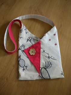a small shoulder bag Origami style - ecru red fabric - Handytasche - Diy Bags Purses, Fabric Purses, Fabric Bags, Red Fabric, Purses And Handbags, Shoulder Bags For School, Small Shoulder Bag, Origami Bag, Fabric Origami