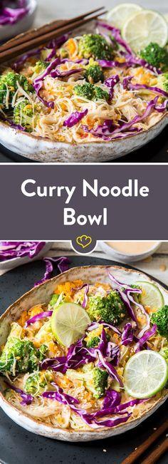 In diese Bowl kommen Gemüse und Reisnudeln rein, dazu gibt es eine köstlich würzige Kokos-Curry-Sauce und getoppt wird alles mit Rotkohl und Sesam.