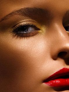 Gold eyeshadow + red lips + tanned skin.