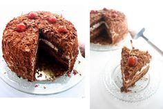 Prenez une bonne dose de tradition, un bonne pincée de gourmandise et quelques heures de préparation, secouez...et vous obtenez une délicieuse forêt noire! Ce mastodonte de la tradition française n'a rien à envier aux gâteaux les plus modernes que l'ont...