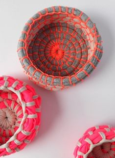 DIY: the red thread :: make Neon Coil Bowls with zpagetti yarn Diy Projects To Try, Craft Projects, Sewing Projects, Project Ideas, Craft Blogs, Fun Crafts, Diy And Crafts, Arts And Crafts, Tshirt Garn