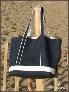 Sac de plage bicolore en tissu de lin bleu marine à damiers et lin blanc. Tuto sur le blog de Couture Lin! http://www.couturelin-blog.com/le-tuto-du-sac-de-plage/2013/08/23/