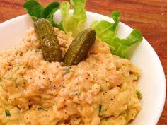 Dieser vegane Eiersalat schmeckt absolut authentisch - ist aber natürlich vegan und ohne Ei. Die Basis des Salates sind Kichererbsen und Nudeln. Auf einer Scheibe frisches Brot kommt der Geschmack besonders gut heraus.  Der Salat lässt sich auch prima im Voraus vorbereiten und eignet sich nicht nur für ein ausgiebiges Frühstück und Brotzeit.Er passt auch sehr gut auf ein Buffet! : ) Zutate ...