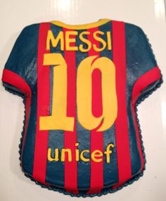 Looks like a real soccer jersey even know it is a cake. can u believe it! I would want that for my birthday eveey year becaise it is awesome