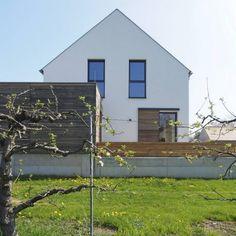 Bodenständig, aber mit moderner Wohnstruktur - Niederösterreich GESTALTE(N) Garage Doors, Shed, Houses, Outdoor Structures, Outdoor Decor, Home Decor, New Homes, Outdoor Living, New Construction