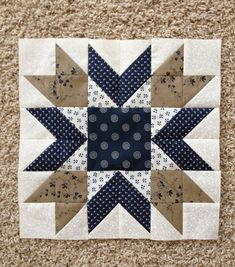 Blueberry Pie Quilt Block Blueberry Pie Quilt Block The Blueberry Pie Quilt Block Designed by Wendy Russell of Patchwork Square, The Pattern is available for free. Half Square Triangle Quilts, Square Quilt, Patch Quilt, Mini Quilts, Small Quilts, Quilting Projects, Quilting Designs, Quilt Design, Star Quilt Blocks