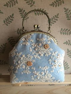 I like this shape. And the wallpaper. Vintage Purses, Vintage Bags, Vintage Handbags, Embroidery Purse, Lace Bag, Frame Purse, Carpet Bag, Creation Couture, Beautiful Handbags