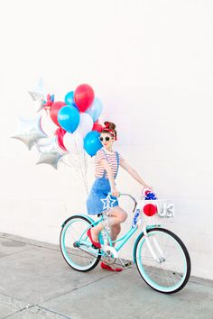 Check out these Fourth of July balloon bikes from fostudiodiy.com