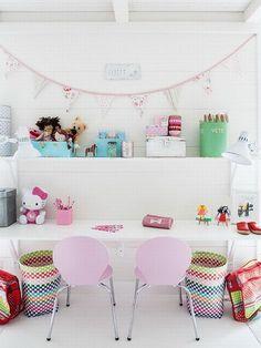 Zona de estudio con sillas rosas