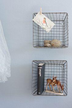 Antique wire baskets as shelves. Unique decor.paniers House Doctor en guise d'étagères