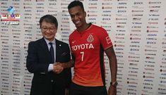 Recebido por cerca de 250 fãs, a estrela que brilhou no Corinthians já veste a camisa 7 do Nagoya Grampus.